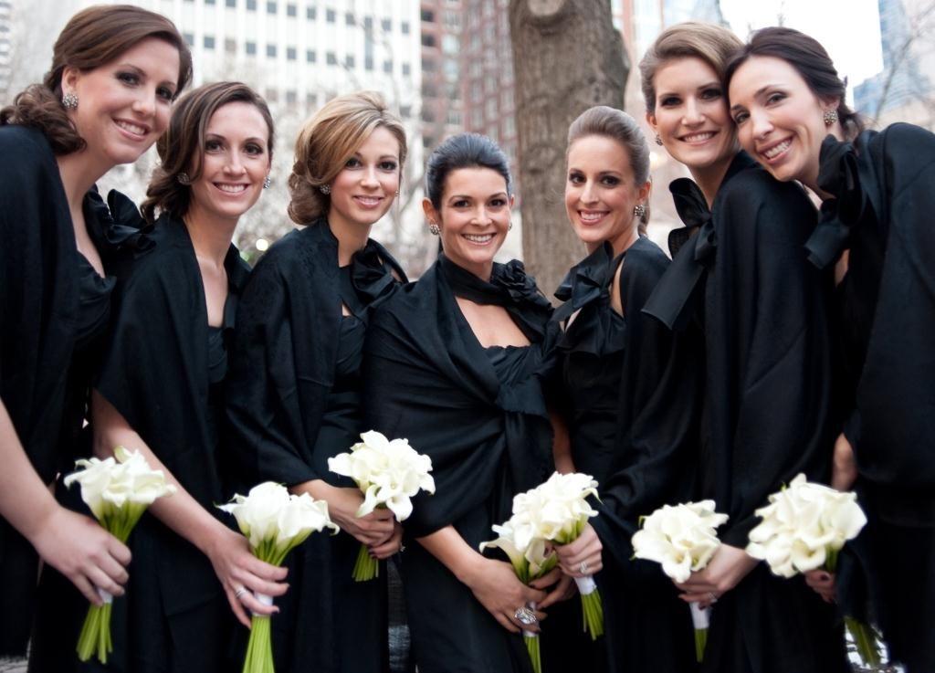 Madrinhas em vestidos e pashminas na cor preta.
