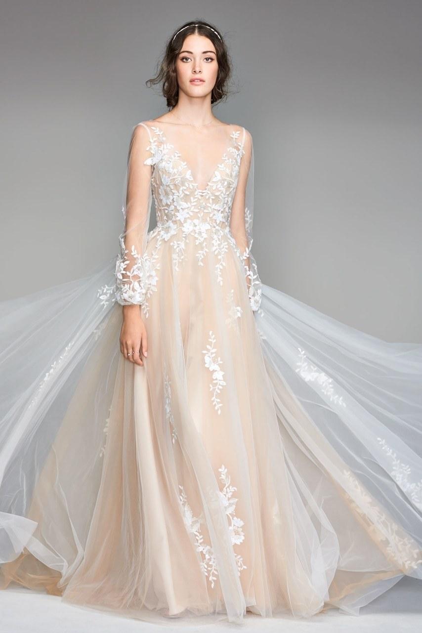 Moda Borbulhante - Vestido de noiva com forro base na cor champanhe e tule em branco com detalhes bordadosImagem e vestido by Willowby Watters. Lindissimo vestido estilo casamento no campo de alta costura.