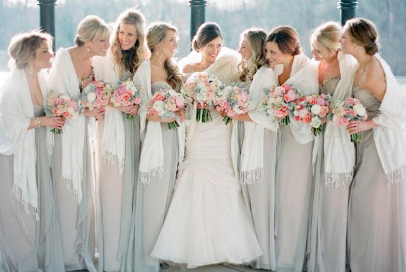 Noiva em vestido creme e estola champanhe - Adoramos essa escolha que pode ser facilmente adaptada por noivinhas que casam no frio: com vestidos em cor neutra, as madrinhas usam pashminas na cor Branca, assim complementando o look da noiva!