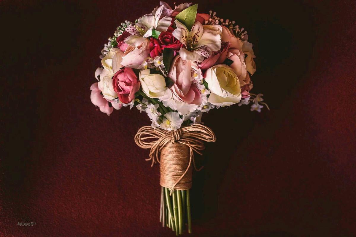Buque de Flores Mistas e Detalhes em Champanhe - Buquê de flores mistas artificial semelhantes as naturais.Por: Faco Arte via Elo7Valor: R$265.00