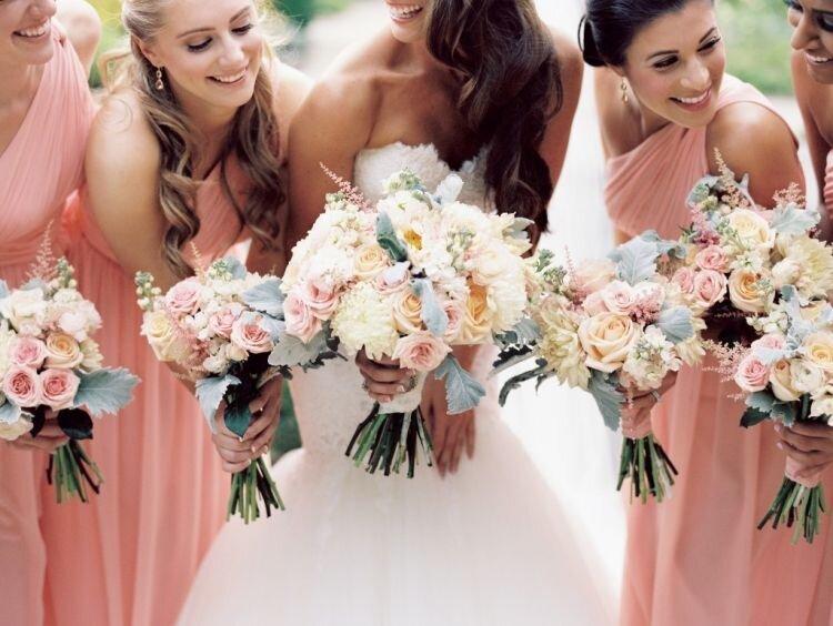 As pashminas complementam o look de casamento e podem serem combinadas de acordo com sua paleta de cores.