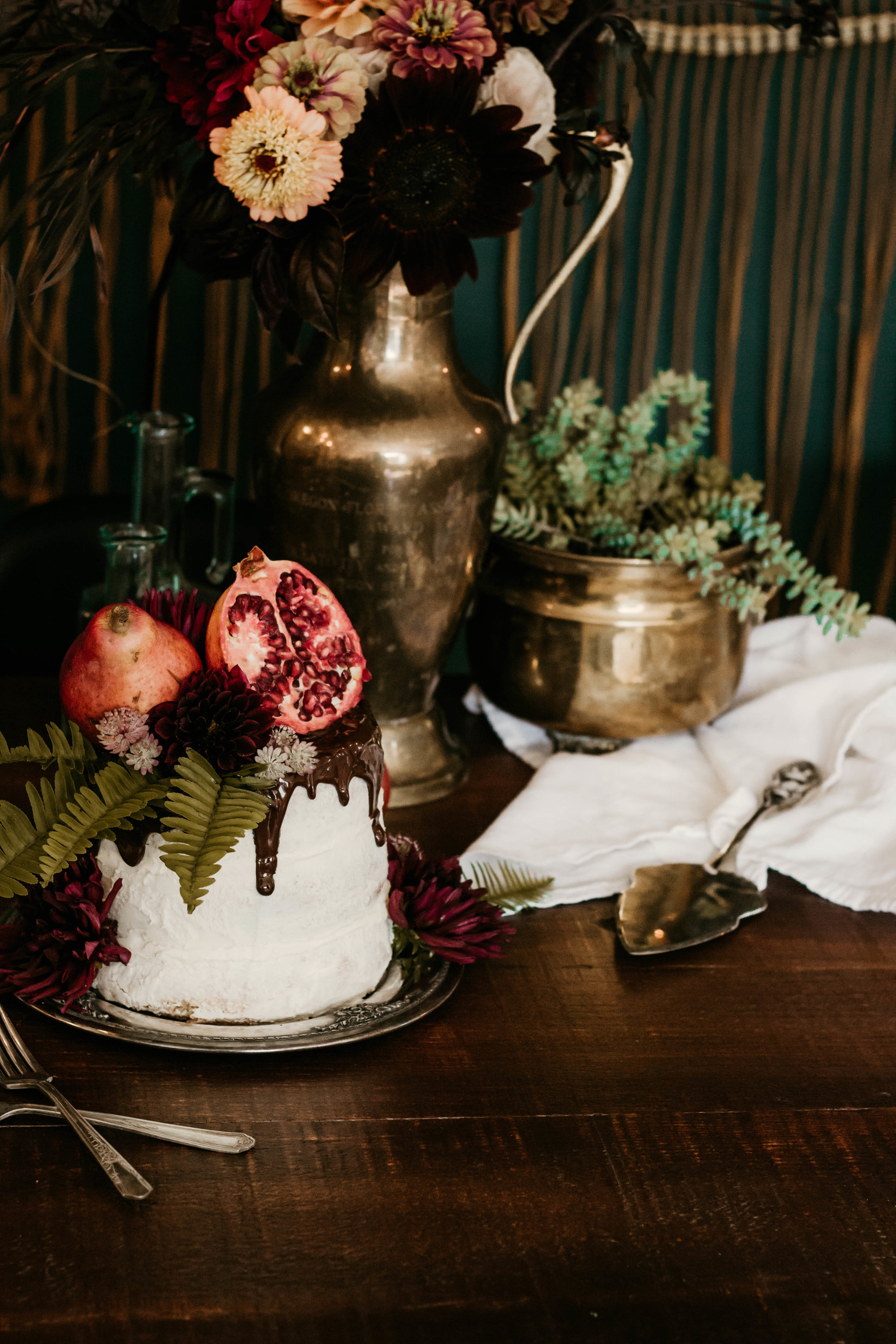 Styling by Riverwood Gardens (@riverwoodgardens // riverwoodgardens.ca), Rosielle & Co. (rosielleandco // rosielleandco.com) and Carawayco (@carawayco).