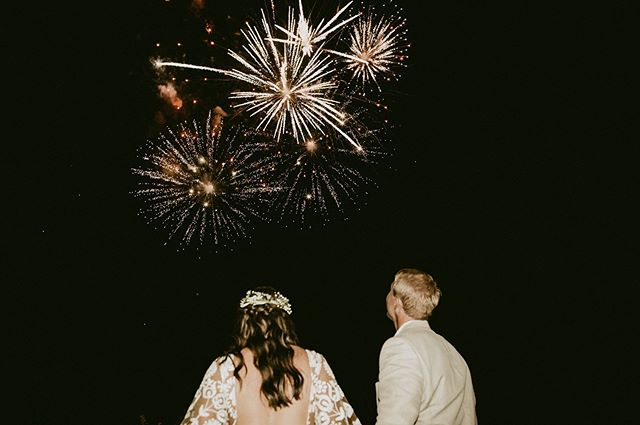 Fireworks & weddings are the perfect combo! 🎇