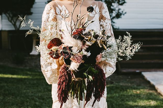 You won't regret investing in good floral for your wedding day. It's definitely brings life to the party 🎉💐