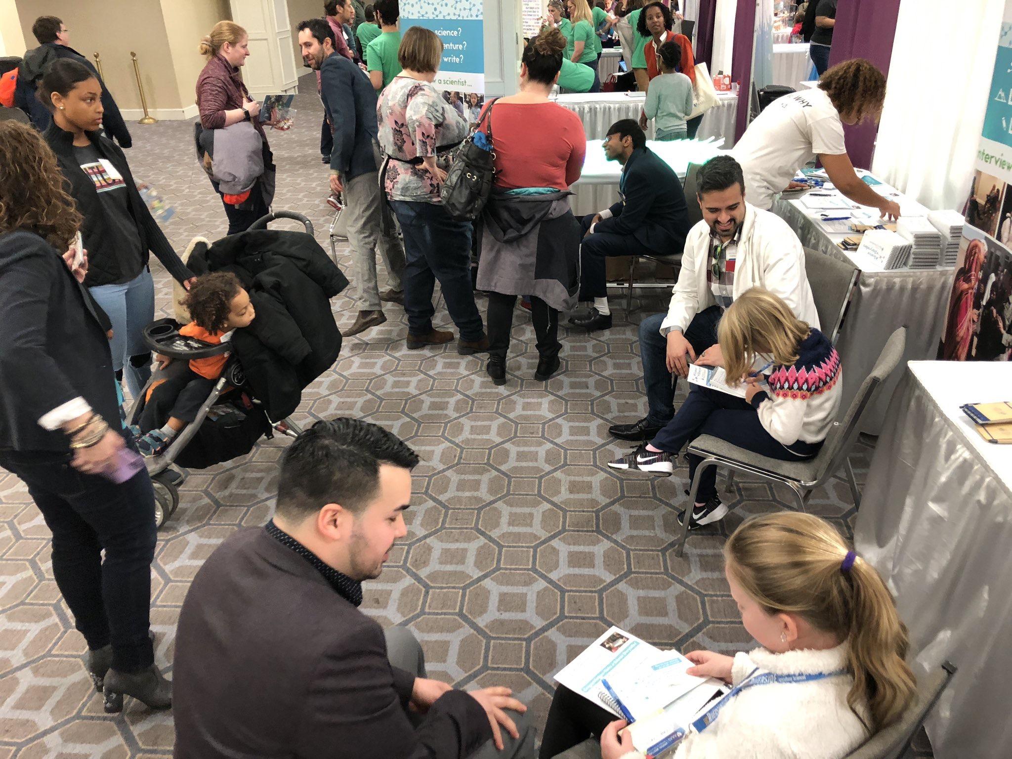 Diferentes voluntarios científicos de Science StoryTellers hablando con niños y niñas sobre las ciencias.