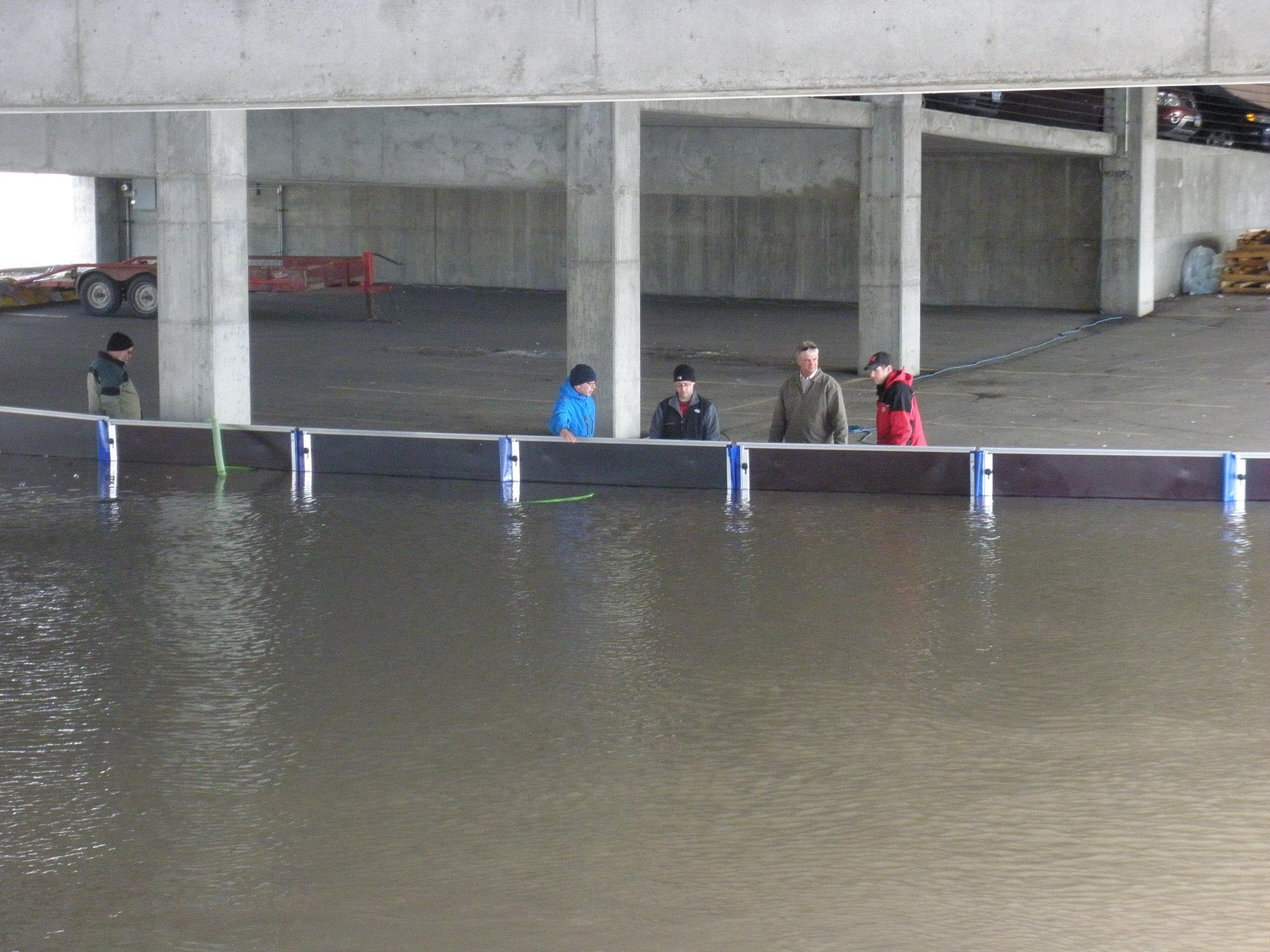 Mitigación de inundaciones desplegable   Otorgada certificación del máximo nivel para barreras contra inundaciones  - Perímetro - Aberturas - Edificio integrado -