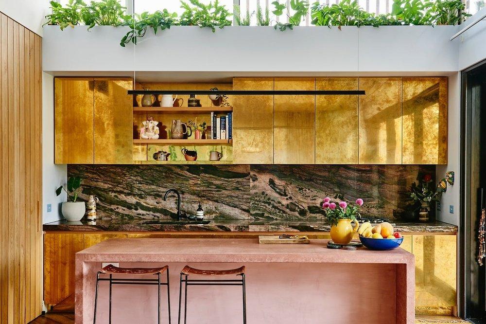 Как показывают эти 3 кухни, розовый и золотой - выигрышная комбинация. Второе изображение даже дополняет его сказочным зеленым мрамором   фото JJ Locations - Ингер Мари Грини - Николь Рамзи