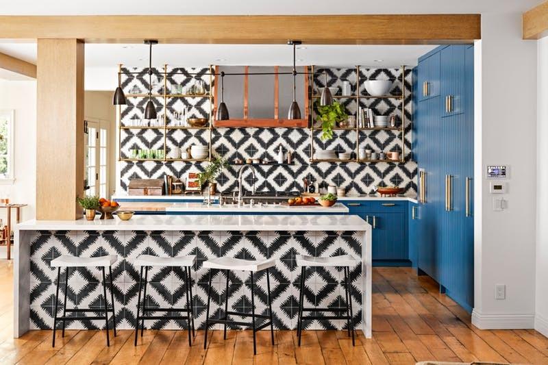 Синие шкафы и графичная черно-белая плитка делают кухню Хилари Дафф особенно привлекательной   фото Джастина Койта