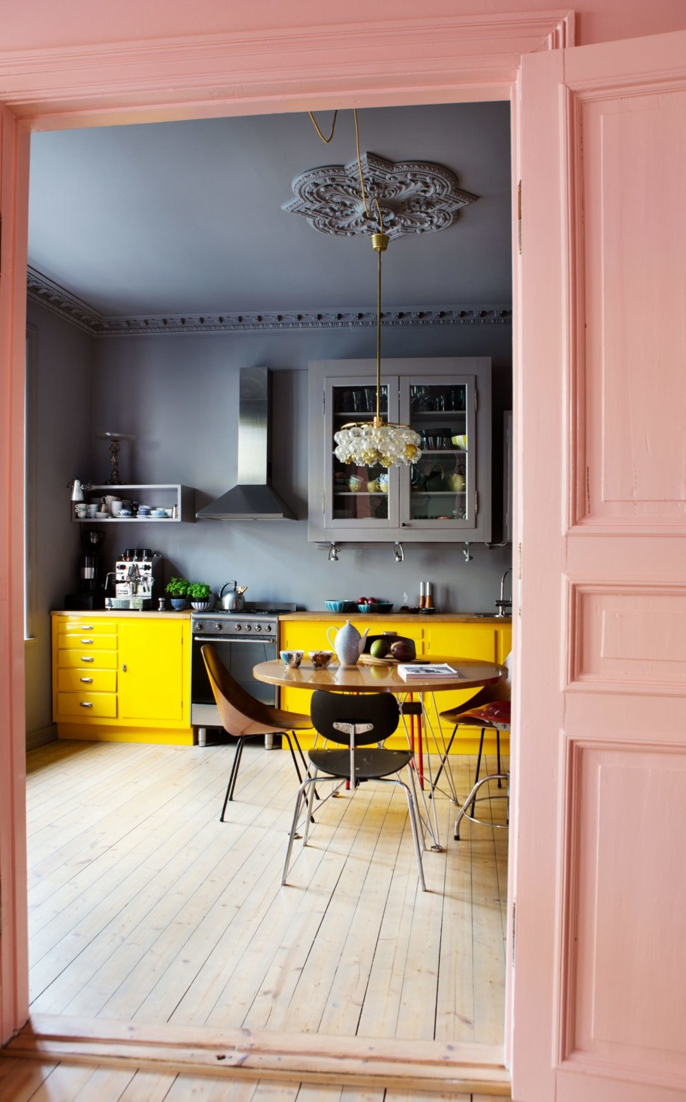 The dark grey and pink doors might be fairly calm colours but that bright pink really makes it pop, doesn't it? You don't see that colour often in a kitchen | photo by  Yvonne Wilhelmsen