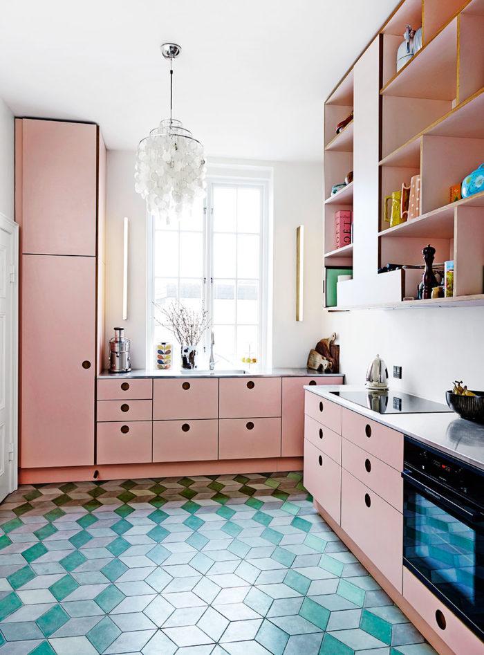 Еще больше розового! И вдобавок разноцветная напольная плитка   стиль от Helle Walsted & amp; фото Wichmann + Bendtsen Photography