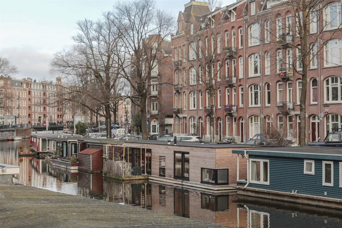 The Nordroom - A Pink Houseboat in Amsterdam