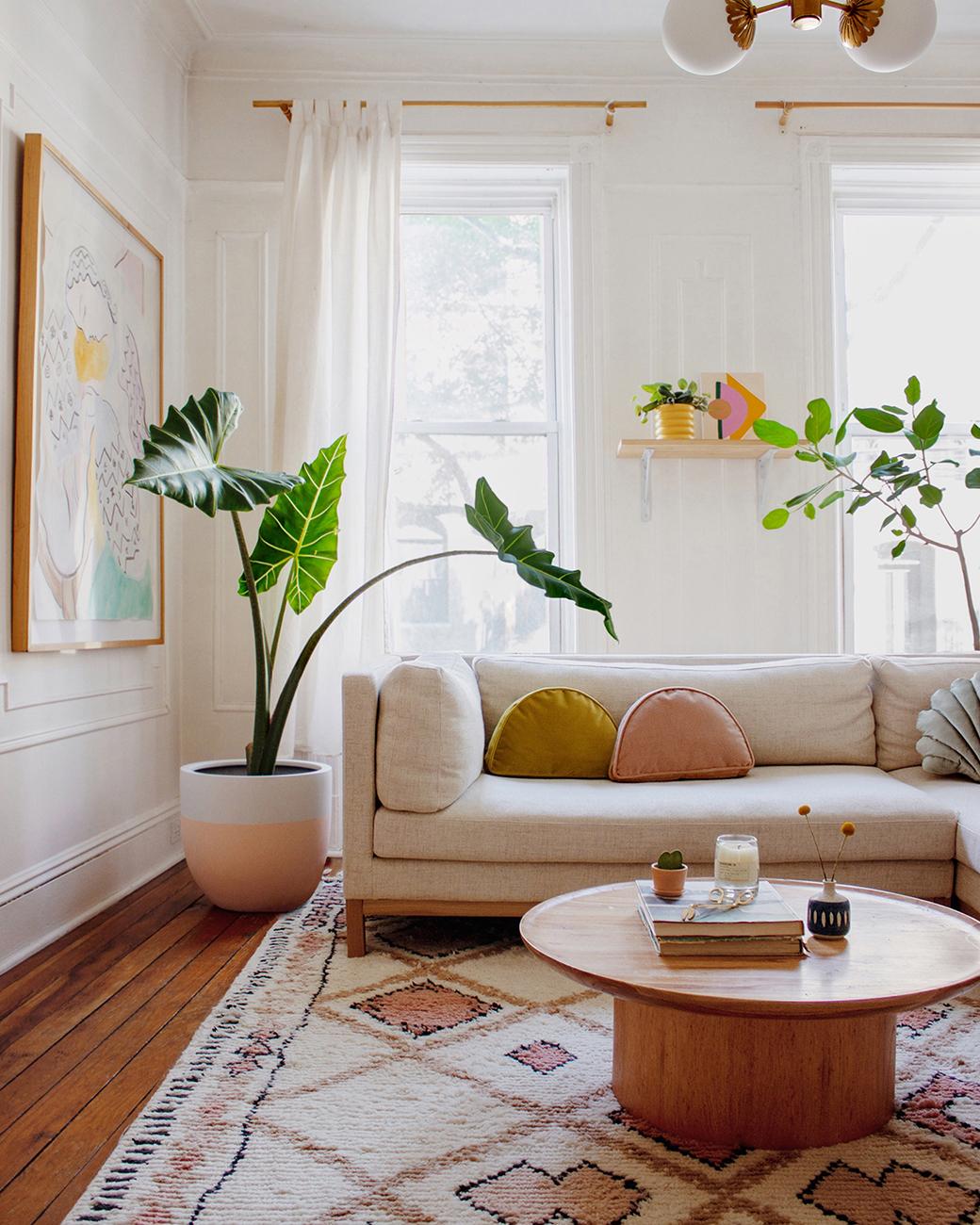 波西米亚风格粉色沙发的客厅