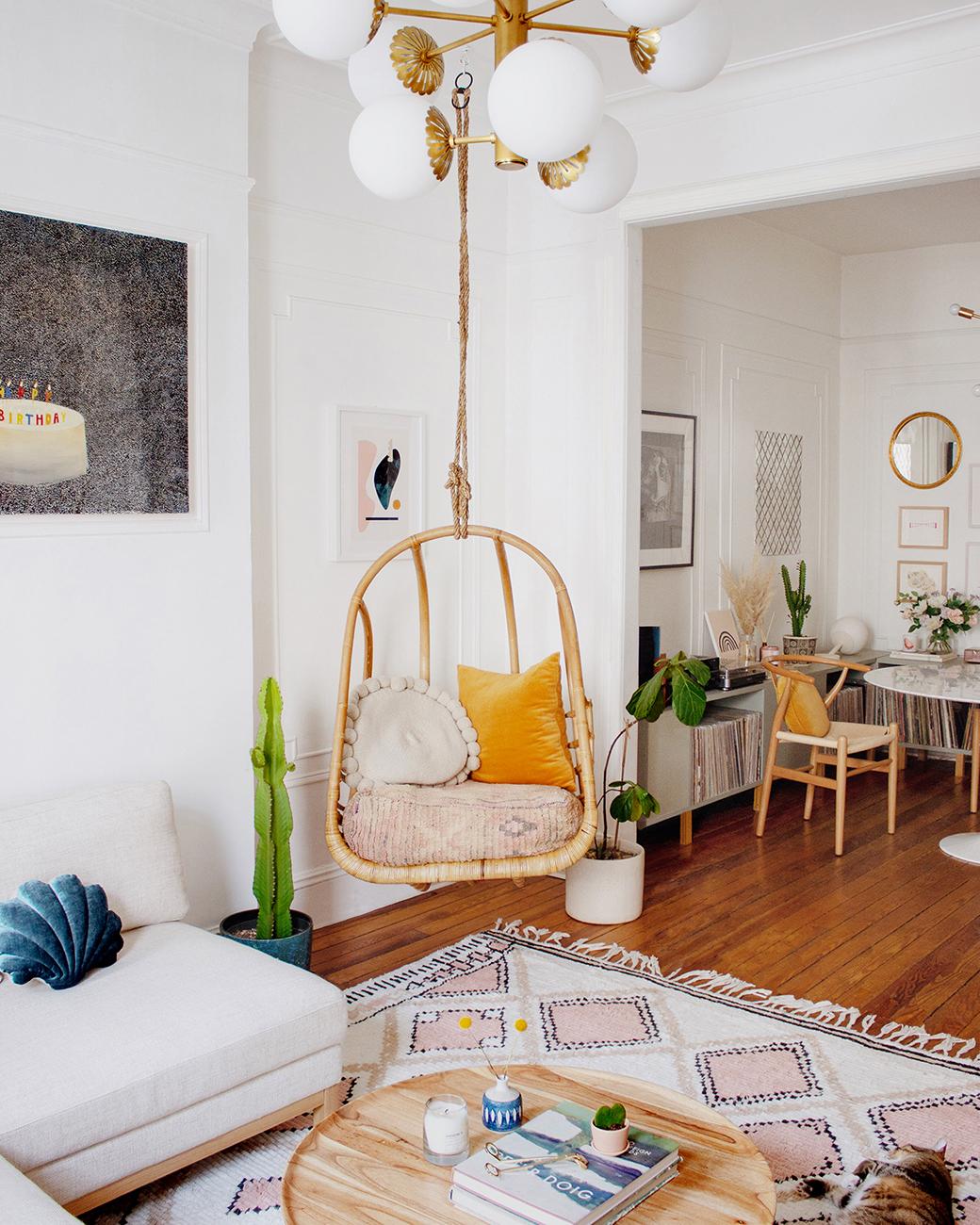 藤吊椅的客厅