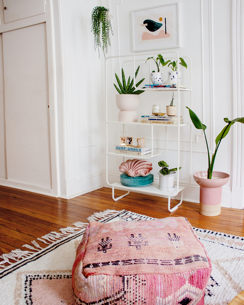 轻巧书架,粉色装饰