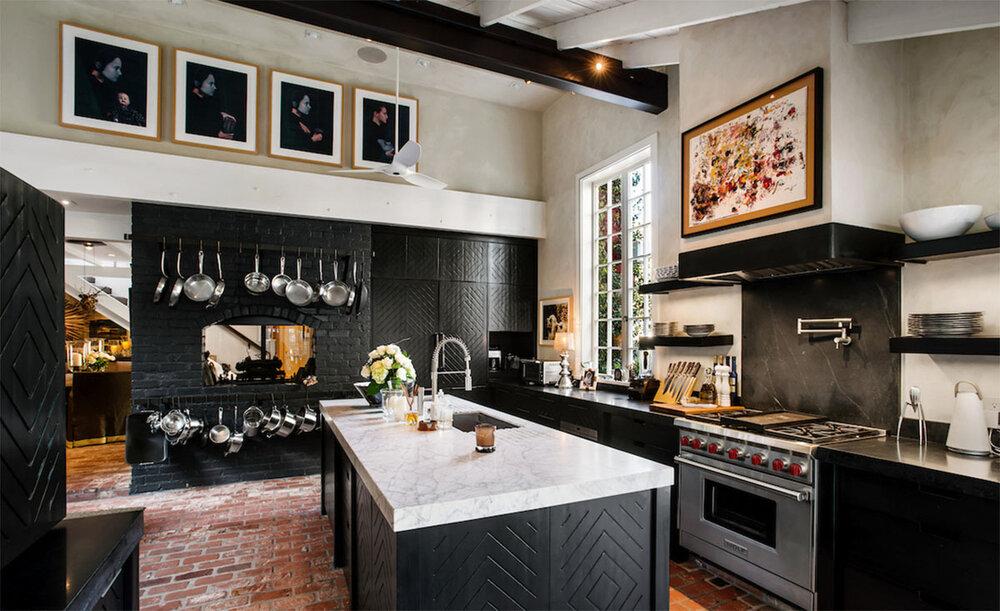 черный-кухня-билл-симмонс-красный-сарай-конверсия-malibu.jpg
