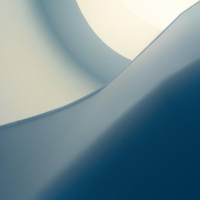 EENVOUD &  LEVENS- KWALI-TIJD   Ontwerpen die in hun eenvoud naar de essentie gaan. Tijdloos en minimaal, maar niet minimalistisch. Door slim ruimtegebruik, compactheid creëren, die toch groots aanvoelt. Zo plaatsen we vakmanschap en kwaliteit boven kwantiteit.