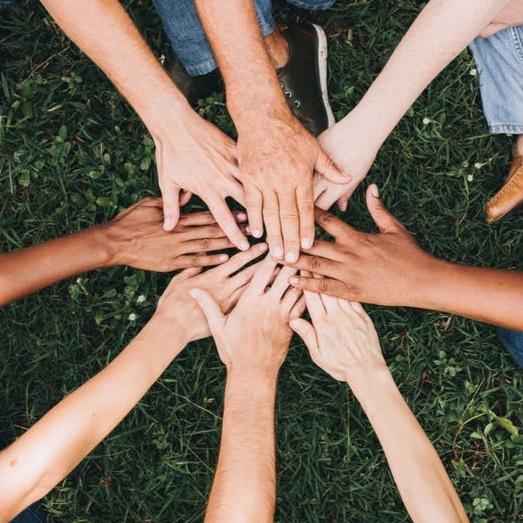 UNIVERSEEL & SAMEN   Zelf blijven bepalen hoe jij werkt of leeft, vraagt om universele en aanpasbare oplossingen. Zo vormt een nieuwe wending of beperking, geen drempel. Het bedenken van fijne plekken, doen we in dialoog. Delen van ideeën, kennis en dingen. Want samen kunnen we meer.
