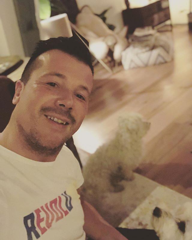 #itsmybirthday #instamoment #birthday #birthdayboy #43 #fortythree #feelingyoung #withmydoggies #maltese #dogs #cutedogs #dogsofinstagram #feelingstrong #happybirthday #party #bigsmile #foreveryoung #instapic #selfie #portrait #itsme #gayman #gay #instagay #dutchgay #helloworld