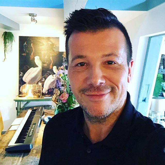 Fijne avond! Enjoy your evening! 😀✨🙏✨🌙 #eveningvibes #sunset #thursday #enjoyment #inspiration #instamood #me #piano #keyboard #music #maudio #vstplugins #instrument #nerdalert #logicprox #88keys #recording #song #keys #cute #photooftheday #happy #gayman #dutchgay #instagay #gayselfie #dutchman