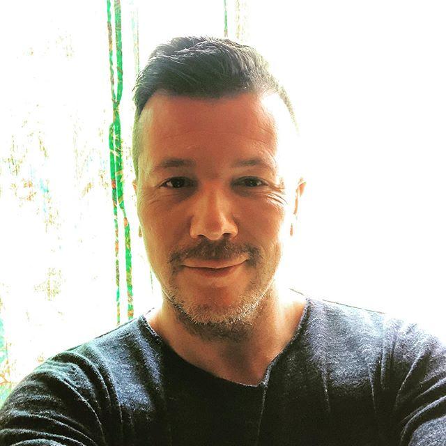 #sunnyday #enjoy #photooftheday #instamood #sun #sunny #zon #zonnig #lekkerweer #tegenlicht #portraitphotography #selfie #itsme #me #cute #backlight #gay #gaynl #gayman #gaydaddy #overforty #timeflies #out #teamgay #freedom #motivation #life #fun #stubble #gaystagram