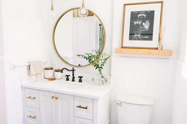 I 100% think every bathroom should have this toilet patent print! Seriously, if you want to know where to snag this cutie head over to @shopfarmhouseliving and check out the latest blog post on the guest bathroom makeover for product links. The before and after is something you HAVE TO check out!!🤭😍