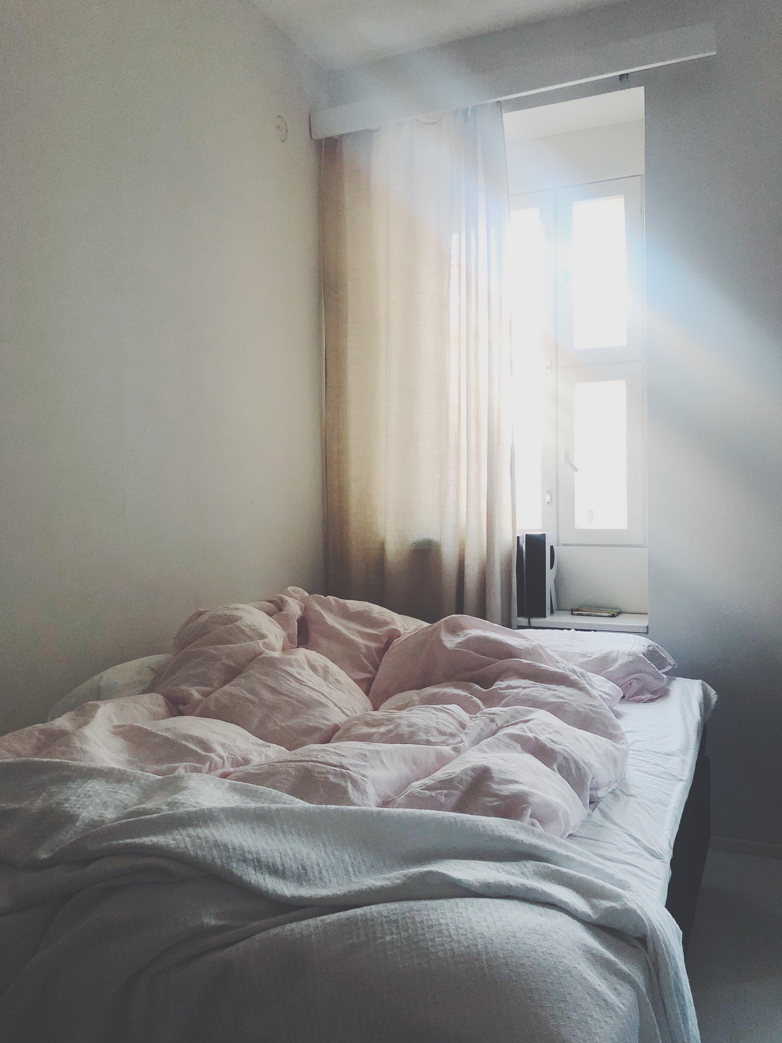 Makuuhuoneessa voi suorastaan aistia suolapuhdistuksen tuoman energian. NOT.