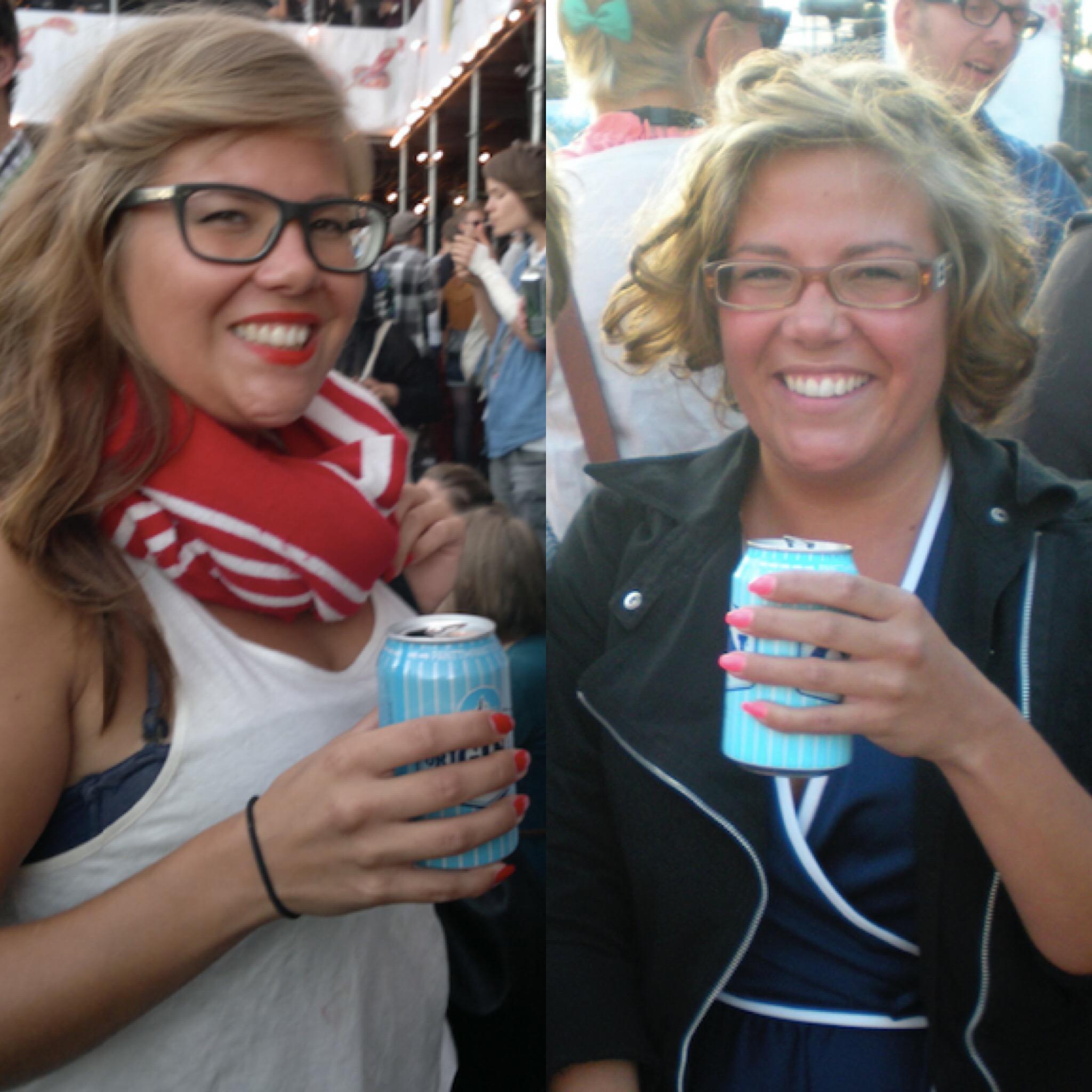 2011 // 2009. Tämän kuvaparin nimi on GENUINE LONKERO, GENUINE SMILE. Tuossa oikeanpuoleisessa kuvassa muuten, jossa minulla on ylläni kirppikseltä ostettu 70-luvun teryleenimekko, toivun parhaillani Britney meltdown -vuodestani: menin neljänä päivänä peräkkäin kampaajalle ja leikkasin piiiitkän tukkani päivä kerrallaan lyhyemmäksi, ja koska siitä tuli tosi tosi lyhyt ja tosi tosi hirveä, menin kurjuuteni maksimoimiseksi seuraavalla viikolla takaisin ja otin siihen vielä permiksen. (Tässä se on jo kasvanut aika pitkäksi.)