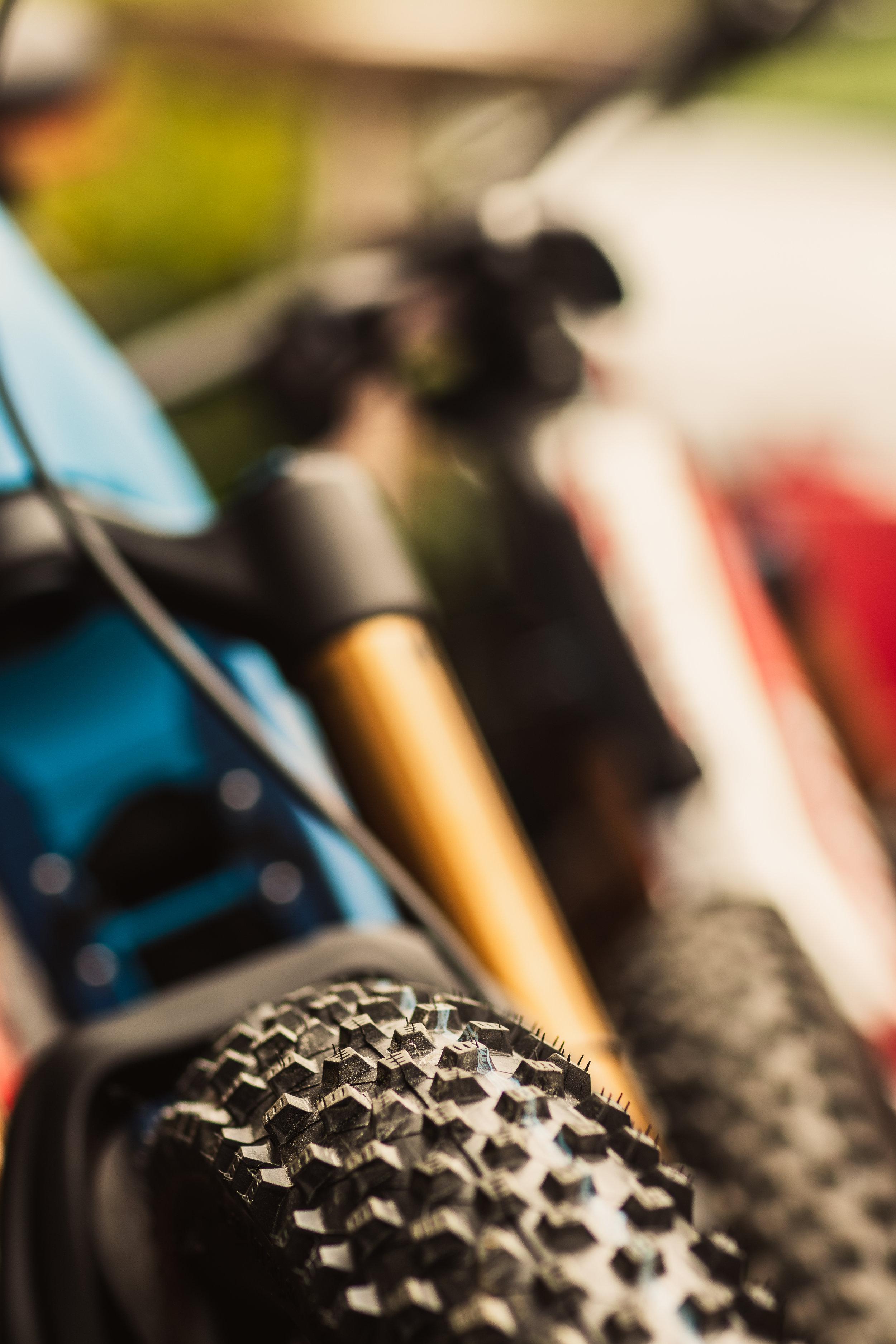 """- Auftraggeber: eBike your Life   Grassl EPSTätigkeiten: Standort Leitung Adelboden, Schweiz & FotografieZwei Räder – eine Mission""""Mit dem E-Bike machen wir die Berge flach"""" hieß es beim eBike your Life Festival in den Destinationen Gstaad & Adelboden-Lenk-Kandersteg vom 15. – 16. September. An diesem Wochenende drehte sich alles um das Biken mit Unterstützung eines lautlosen, umweltfreundlichen Elektromotors. In Gstaad gab es die Möglichkeit auf eine unvergessliche Genusstour zu starten und Thömus E-Bikes zu testen. In Adelboden war zusätzlich eine Festivalarea mit zahlreichen Partnern und Aktionen geboten. Auch die Kulinarik kam dabei nicht zu kurz.AdelbodenDer Märitplatz in Adelboden verwandelte sich in ein Eldorado für E-Mountainbiker. Das ganze Wochenende war mit Testbikes unterschiedlichster Marken und ausgeschilderten Zusatzrouten für beste Unterhaltung gesorgt. Rund 500 Besucher konnten sich bei zahlreichen Ausstellern über die neuesten Trends informieren, während für die Teilnehmer der Genusstour neben dem Biken auch die Kulinarik im Zentrum stand."""