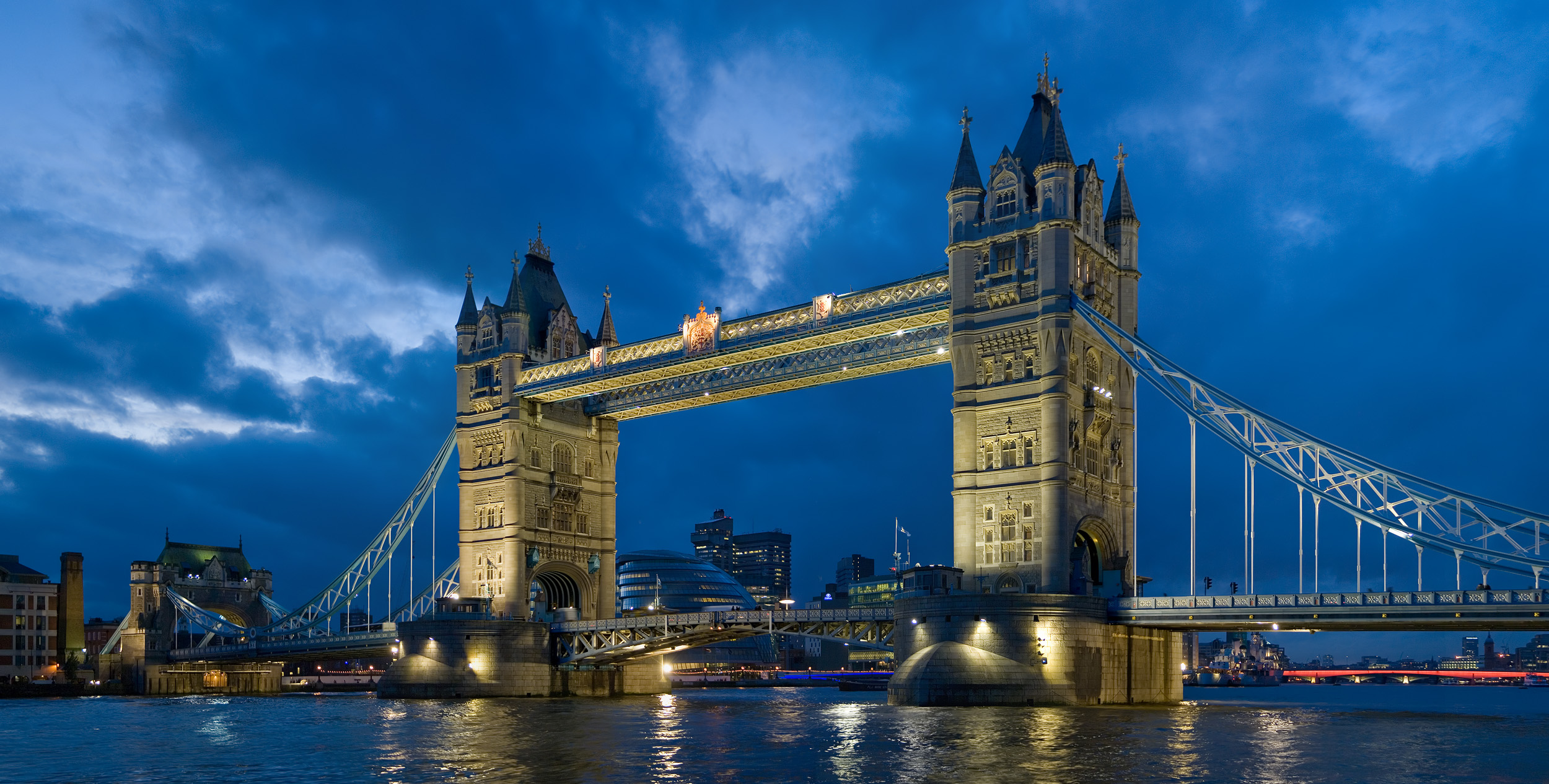 Tower_bridge_London_Twilight_-_November_2006.jpg