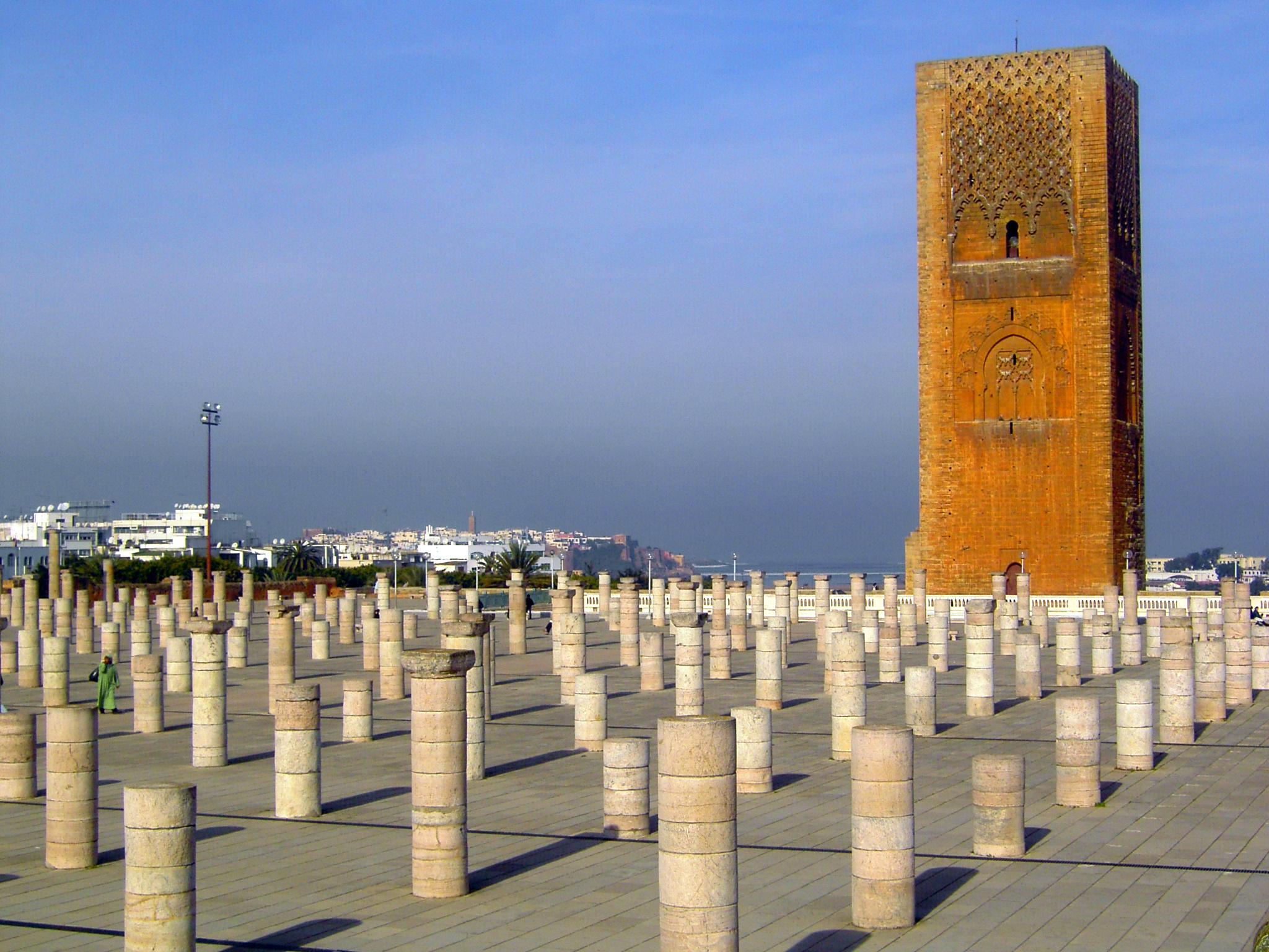 Hassan_Tower_and_columns_(Rabat,_Morocco)_(15126547404).jpg