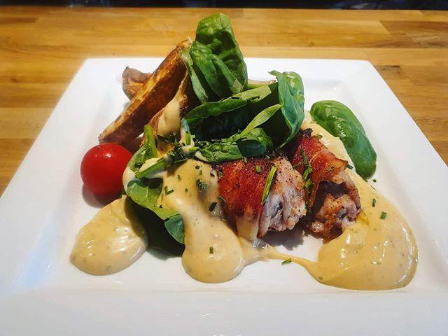 Dagens tips är baconlindade kycklinglår med rökig chilibea och klyftpotatis 🤤😍 Välkomna ikväll! #lindhagen #bistrobystockholmfood #dagenstips
