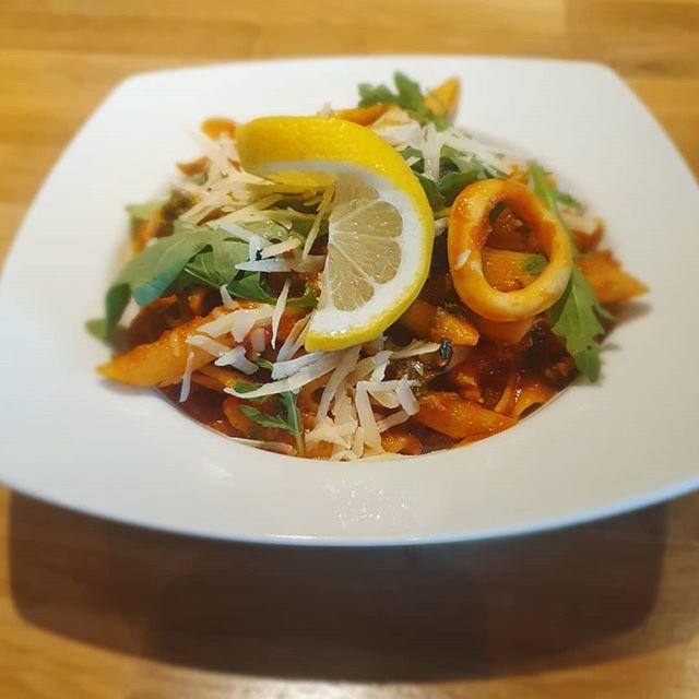 Veckans tips är vår egna version av pasta frutti di mare med bläckfisk, kräftstjärtar oliver och tomatsås! 🤤😍 Välkomna till oss i veckan!