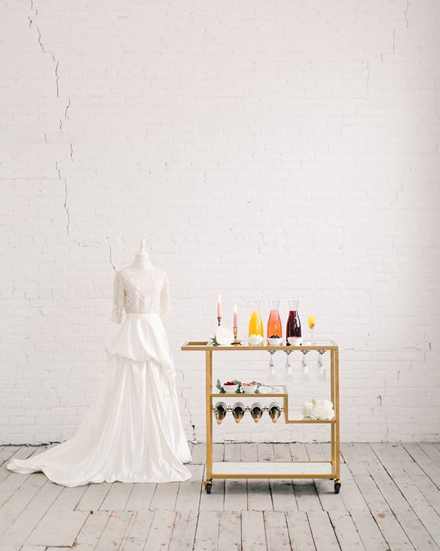 For the love of wedding dresses and a beautiful bridal suite. And enjoying a fruity mimosa on your wedding morning while you take in the start of your greatest day. . . .  #barservice #bridalsuite #weddingmorning #vintageweddingdress #mimosabar