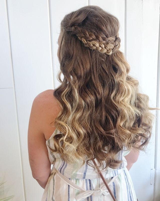 Long live boho hair 🌿✌🏼 Adding in flowers in the hair for this beautiful bride on her big day will be so much fun. Little pops of floral or hair piece arrangements really add an awesome and inexpensive flare to a flowy style.  Y'all have a great weekend! We are closed at the studio to serve TWO amazing brides this weekend on two different sides of Northern Michigan, stay tuned in the stories for behind the scenes of ya fancy!  #bohohair #bohobride #indieartist #bridalmakeupartist #bridalhairstylist #nakinaandko #nakinabride #longlivebohohair #braids #beachwaves
