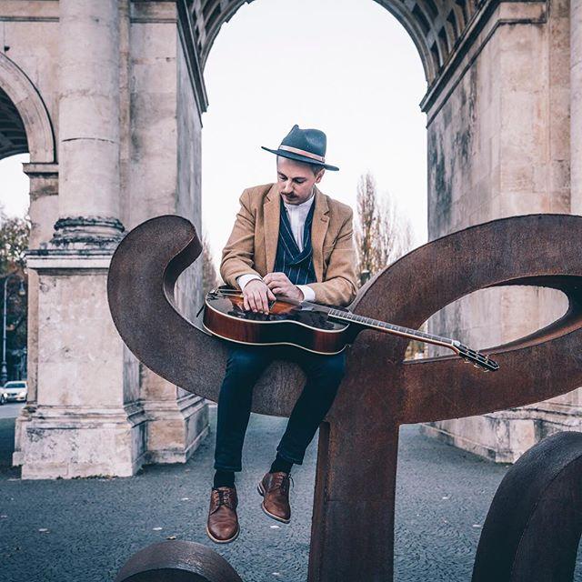 """""""Der Stil meiner Musik ist schwer zu beschreiben, jeder Song auf der Platte ist irgendwie anders"""", sagt Jonathan. """"Altmodisch, aber mit Pop-Elementen könnte man sagen. Ich mag alles zwischen den 30er und 70er Jahren. Und immer wieder bring ich Swing mit rein."""" Mehr davon und Tickets zu gewinnen gibts auf @geheimtippmuenchen 🎫  Fotos: @fraakiiim"""