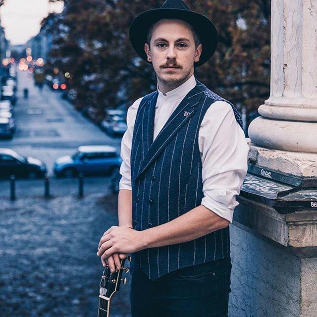 #Repost @digelmoveofficial ・・・ Spotted in Munich     musician @jonathangordonmusic in DIGEL move 📷 @fraakiiim  #menswear #mensfashion #menstyle #fashion #modernlook #urban #look #casualstyle #streetstyle #music #musician #letthemusicplay