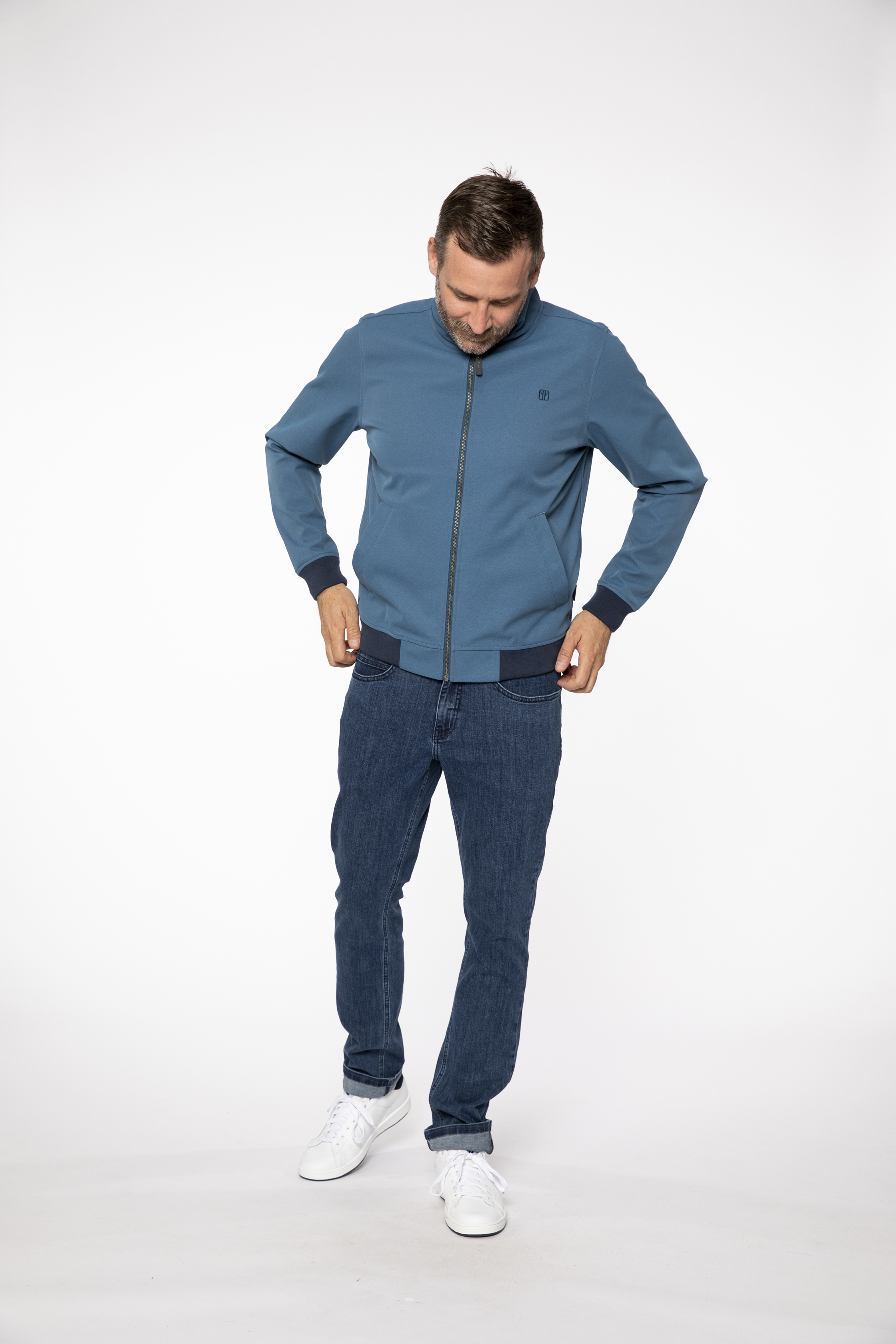 softshell jacket:  SOFTWEAR   denim pants:  COMPAGNON