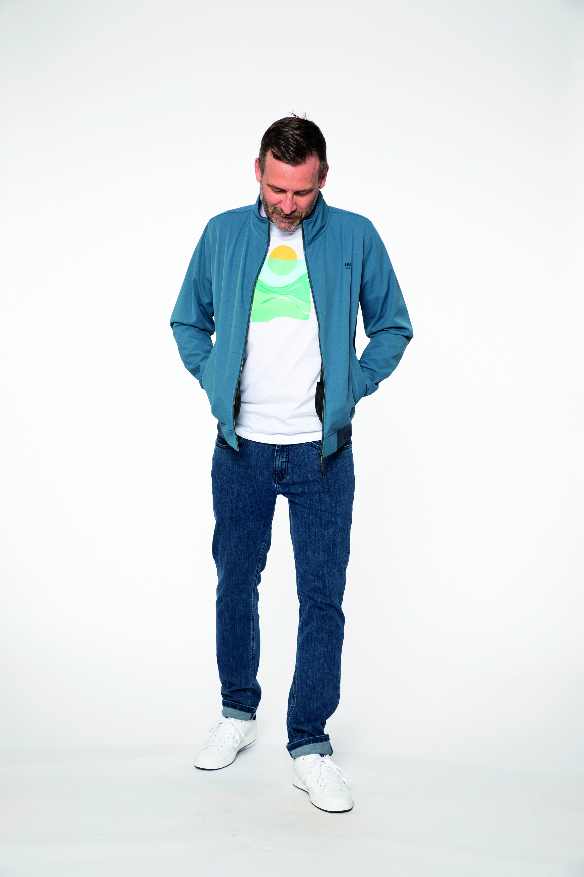 softshell jacket:  SOFTWEAR   t-shirt:  PANORAMA   denim pants:  COMPAGNON