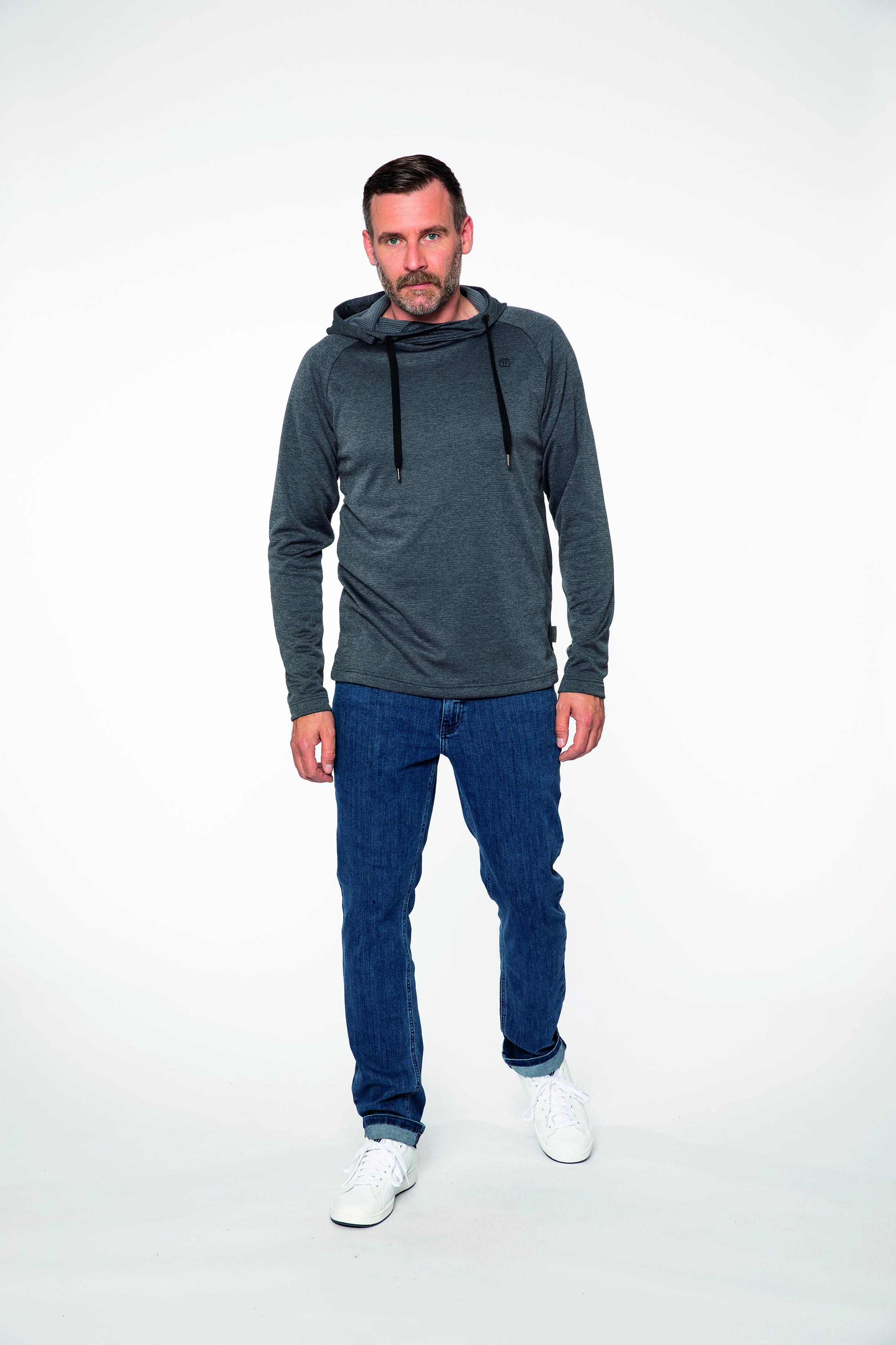 fleece pullover:  SOMEWHERE   denim pants:  COMPAGNON