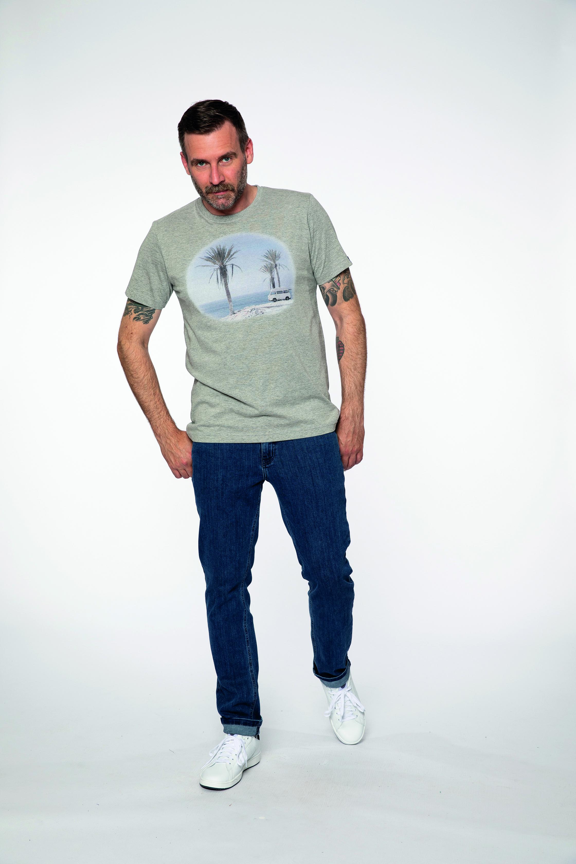 t-shirt:  IMPRESSIONS   denim pants:  COMPAGNON