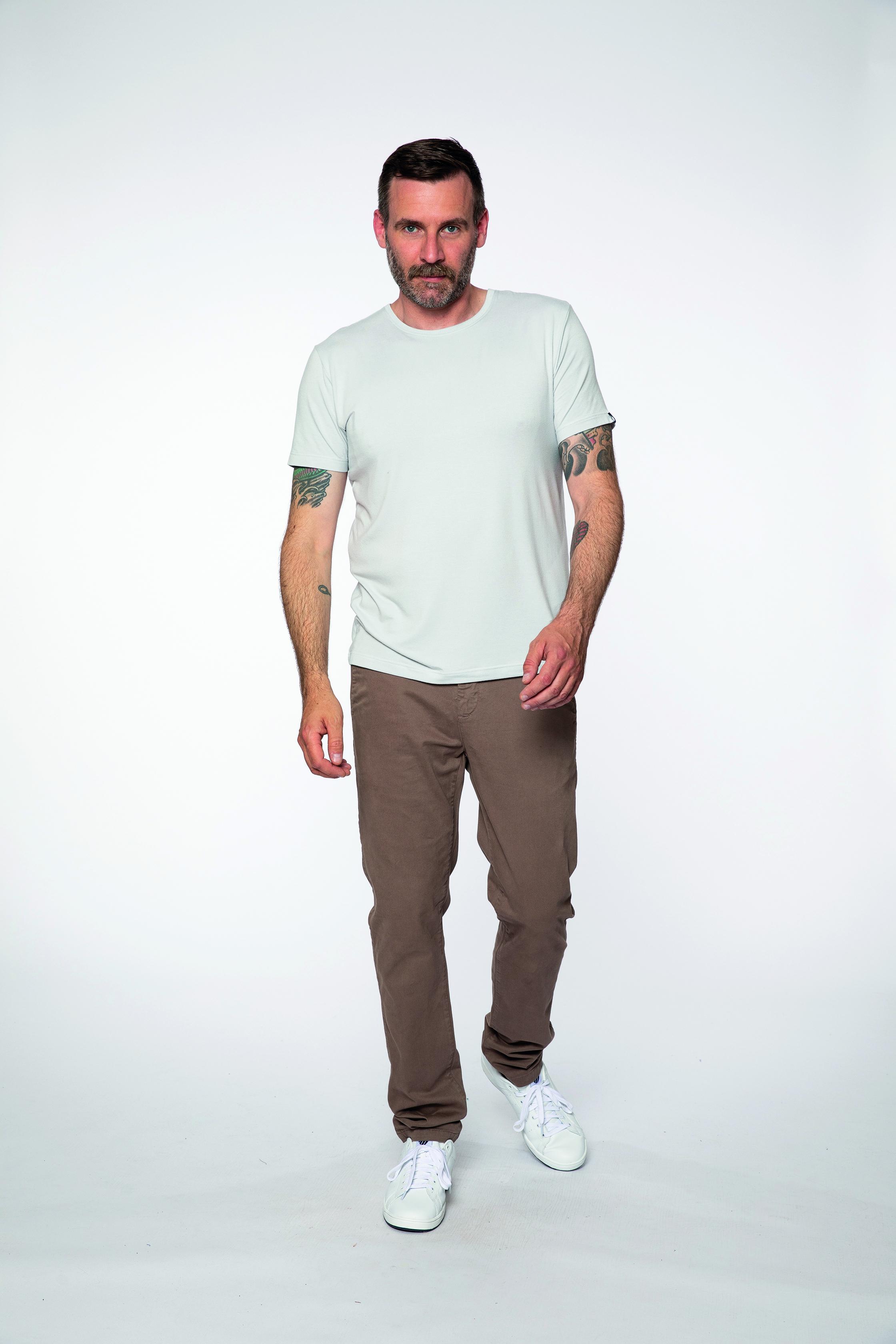 t-shirt:  BAMBOO   chino pants:  INTHEMOOD