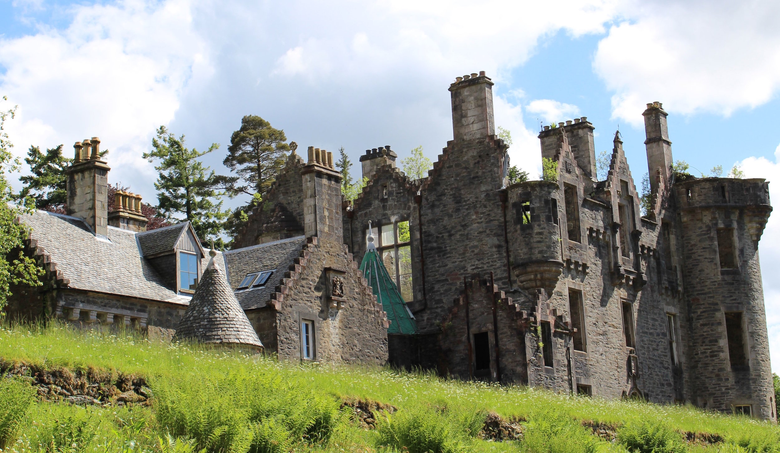 Dunans Castle ruin CDudk cropped.jpeg