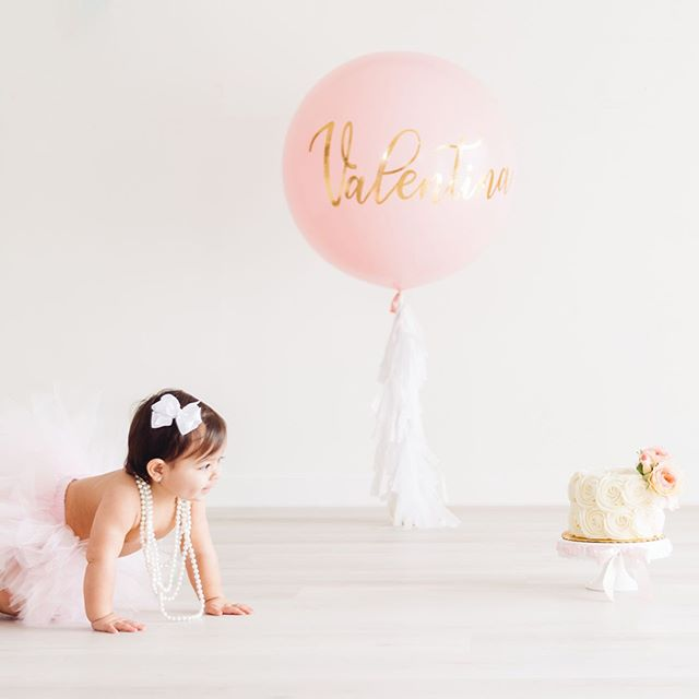 This little angel has her EYES ON THE PRIZE! 😍🍰 ⁣⁣ ⁣⁣ PRECIOUS cake smash by my VERY talented friend @yvettemichelleportraits
