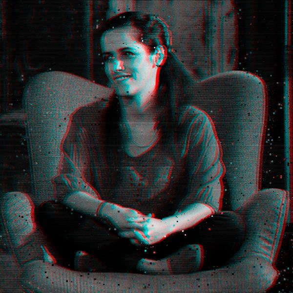 """María Fernanda Restrepo - En sus 20 años de vida profesional ha tenido la oportunidad de descubrir, escuchar y compenetrarse con historias de vida y sueños de múltiples voces, las cuales narra para transformar realidades.Se profesionalizó en dirección de Documentales en la Universidad Autónoma de Barcelona. Junto a sus compañeros de la productora Escala Gris, ha realizado documentales transmitidos en varios canales en América Latina.Su ópera prima es """"Con mi corazón en Yambo"""", con la cual transformó el dolor en memoria y mensaje para cientos de personas que reciben sus charlas. Es activista de derechos humanos, y su misión es que la sociedad entienda el poder y sentido de no olvidar."""