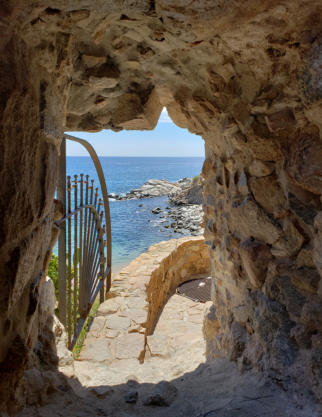 A peek to Codolar Cove from a hole chiseled into the muralla next to the museum entrance.