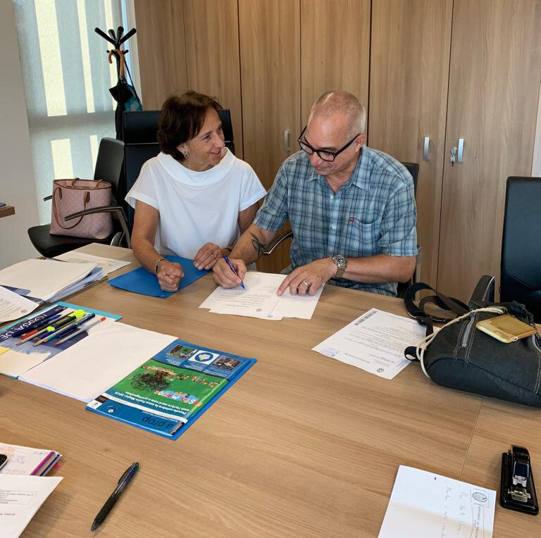 Signing of agreement between the City of Tossa de Mar and AIR. CAT.    Left to right:  Immaculada Colom i Canal, Alcaldessa (Mayor) of Tossa de Mar; AIR. CAT mentor Dennis Hollingsworth