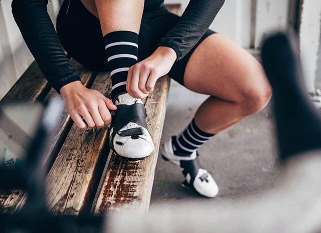 Die wichtigsten Eigenschaften bei einem Radschuh sind für mich, die Passform und der Halt, besonders beim Fixie fahren ist der Halt im Schuh ausschlaggebend, denn es gibt nur einem Gang und der muss gleich zu Beginn mit Zug und Druck in Schwung gebracht werden, dazu kommt, dass meine Beine auch meine Bremsen sind, noch ein Grund, warum der perfekte Halt alles entscheident ist.  Wenn ihr wissen wollt, wie @evers_cycling Schuhe sich im Wettkampf machen, checkt @bike_perle 😉 *📸 @frauhaasefotografie ❤️ #bikeperle #werbung #cyclingshoes #pullbacknotdown #everse #bike #cycling #carisover #rideinstyle #cyclingapparel #perfectmatch #fixie #girlsonbikes #fixiegirls
