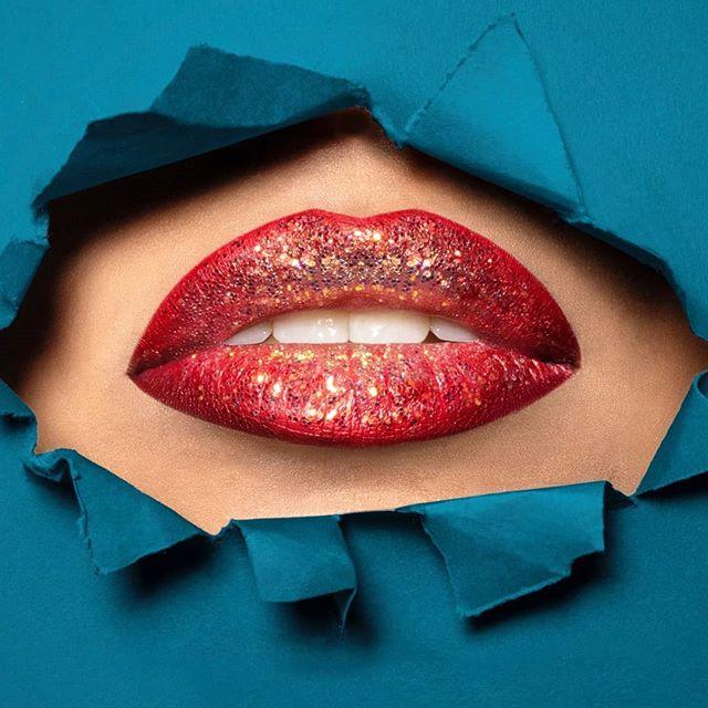 Je ne m'appelle pas #kevin, mais je peux te mettre des #paillettes dans ta vie 👀🌟 . Via @guidofua - @inesregmec  #metsdespaillettesdansmaviekevin #tuesdaymood #inesreg #inesregmec #glitters #glitter #paillettes #shining #lips #surgery #aesthetic #chirurgieesthetique #fillers #acidehyaluronique #bouche #soinsesthetiques #dermopigmentation #dermopigmentationlips #medecine #medecineesthetique #parisaestheticsurgery #paris #france