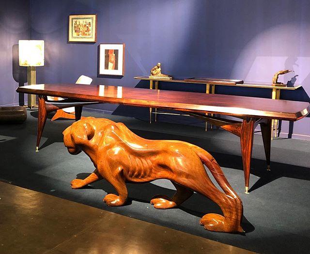 Esse é parte do stand da @artemobilia uma de nossas galerias associadas e fundadoras da #amdmb na @sp_arte ✨ Destaque para a mesa e aparador Giuseppe Scapinelli, além de peças de Geraldo de Barros, Zanine Caldas e Oscar Niemeyer Hoje é o último dia para visitar!!! 3° andar - DS8 #sparte2019