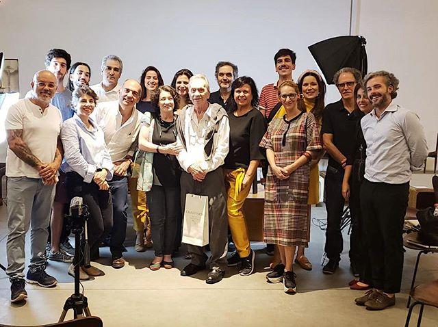Momento emocionante do encontro que aconteceu ontem a noite na @lojateo. Foto com os associados da @amdmb.brasil e familiares dos arquitetos/designers modernistas: Carlos Millan, Léo Seincman, Carlo Fongaro, Júlio Katinsky e Gregori Warchavchik. Ficamos muito contentes que eles foram prestigiar nossa palestra. Agradecemos ao Carlos Warchavchik pela ótima conversa!!!! #amdmb #gregoriwarchavchik #juliokatinsky #carlofungaro #carlosmillan #moveisambiente #mobiliariomodernobrasileiro